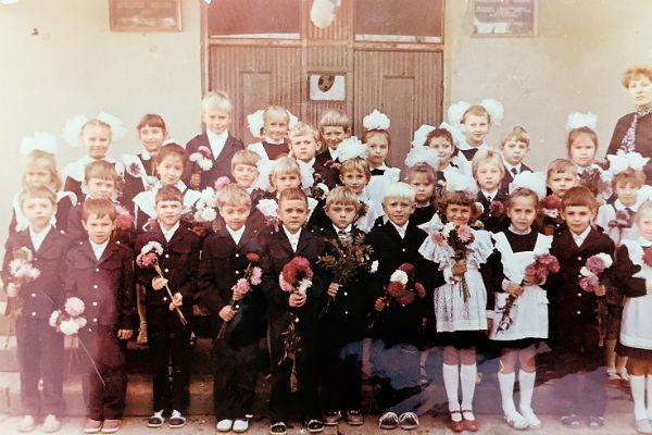 В первый класс мальчик пошел в школу №61 Тракторозаводского района города Волгограда
