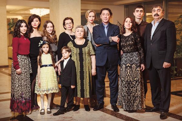 Семья певца (слева направо): племянница Илона, дети Инга, Николь, Ева, Ваня, теща Наталья, мама Натэлла, супруга Анна, сестра Этери с мужем Гурамом и сыном Ираклием