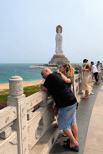 Пара на фоне знаменитой статуи Гуаньинь