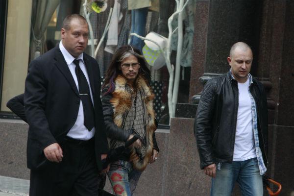Прилетев в Москву, первым делом музыкант прогулялся по магазинам