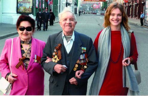 Виктор Филиппович с Ларисой Гавриловной и любимой внучкой после Парада Победы в Москве, 9 мая 2010 года