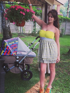 Елена Бушина гуляет с дочерью Лаурой