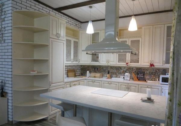 В доме располагается большая кухня