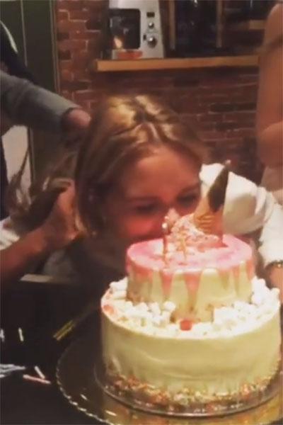 Стеша Маликова первой попробовала свой торт