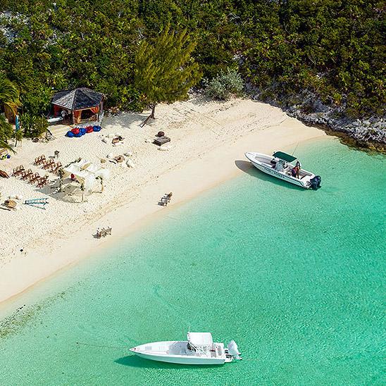 Свадебная церемония прошла на частном пляже на личном острове Джонни