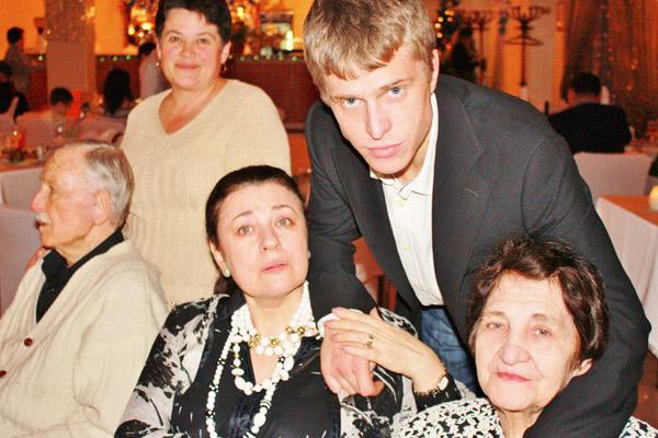 Это одно из  последних фото  Толкуновой  с мамой и сыном.  Встреча Нового,  2010 года