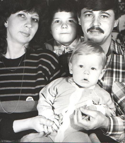 Маленький Дима с родителями и братом