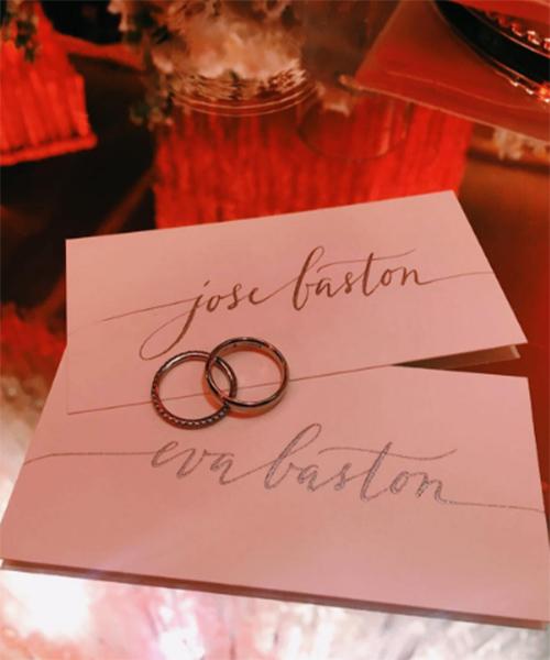 Это единственный свадебный снимок, который опубликовала в микроблоге Ева Лонгория. Звезда взяла фамилию мужа