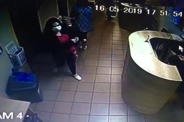 Женщина в медицинской повязке оставила ребенка на лавочке