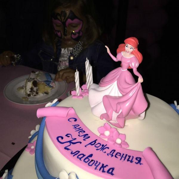 Торт украшала фигурка сказочной принцессы