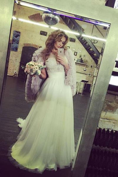 Знаменитость продолжает подогревать слухи о свадьбе, публикуя снимки в подвенечном наряде