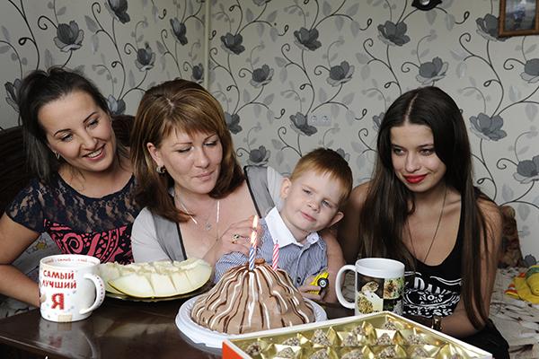 Задувать свечки на торте Женьке понравилось больше всего