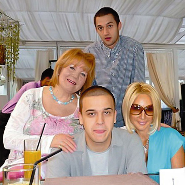 Кудрявцева любит проводить время с мамой, сыном Жаном (на заднем плане) и племянником Женей