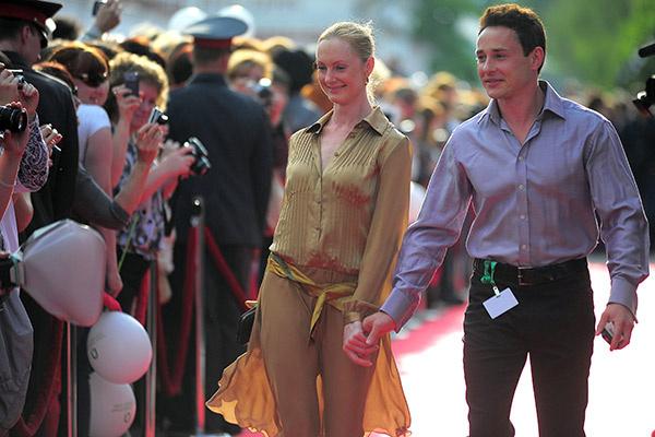 Дмитрий Исаев иногда выходит в свет с женой Оксаной. 29 мая 2012 года, Иваново