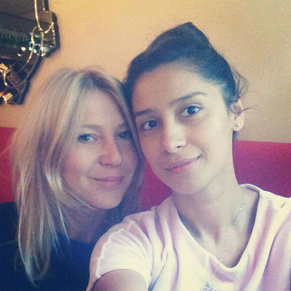 Равшана Куркова с подругой
