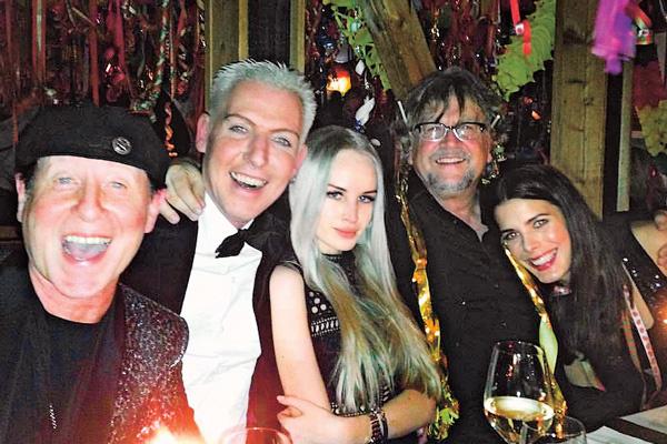 Новый год пара встретила в компании вокалиста группы Scorpions Клауса Майне (на фото крайний слева)