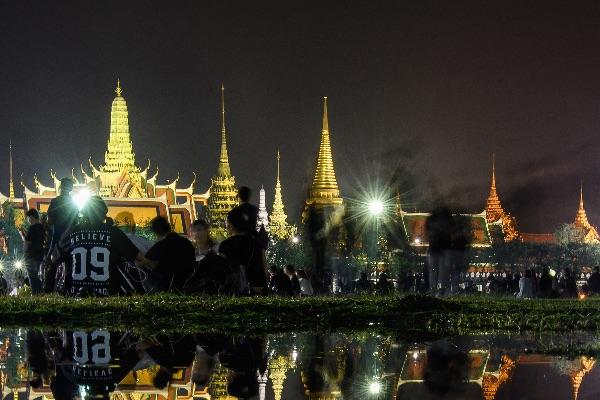 Тайцы пришли почтить память монарха к королевскому дворцу