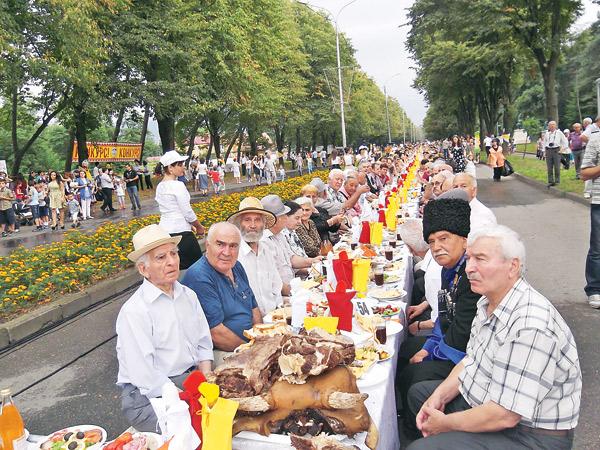 Самый длинный 1,5-километровый стол во Владикавказе объединил 3282 человека