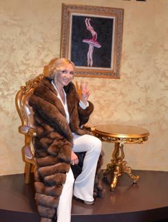 На открытии бутика Кристина Орбакайте примерила шикарную шубу