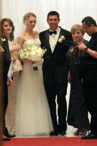 Майкл Кунис с женой Александрой в окружении гостей
