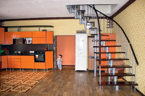 Все предметы интерьера достались семье по наследству от прежних жильцов. На фото – гостиная на первом этаже