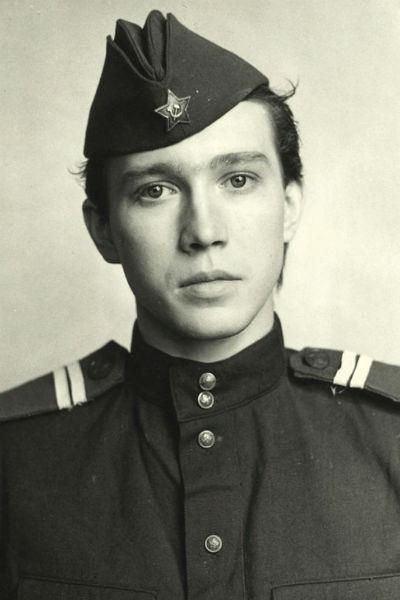 Евгению не раз приходилось играть военных, хотя сам он в армии не служил