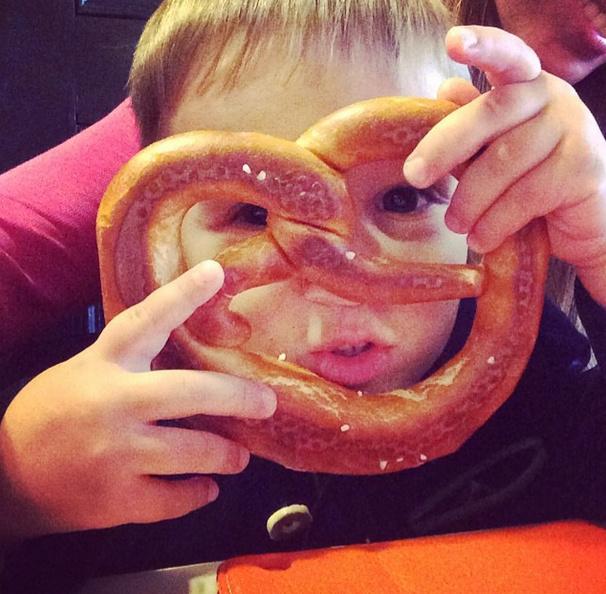 Мальчик ознакомился с местной кухней