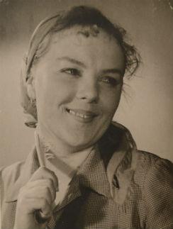 В 20 лет Клёна стала артисткой, будучи уже комсомолкой и красавицей