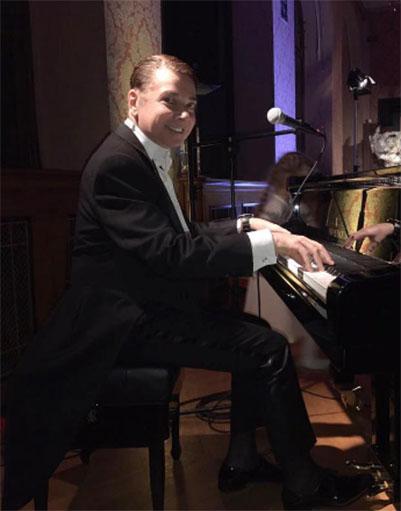 Валентин Юдашкин порадовал гостей вечера игрой на рояле