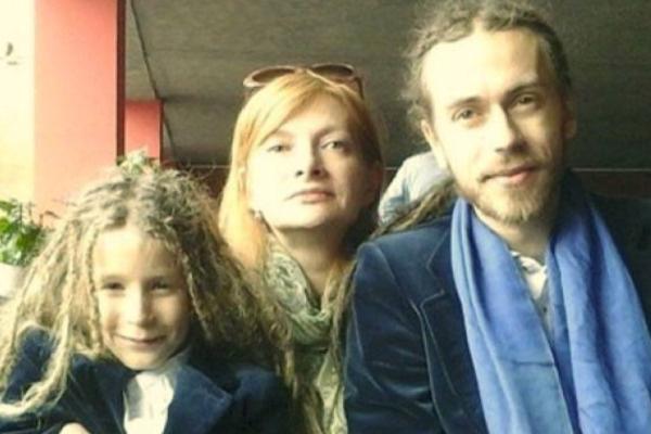 Репер со своим сыном и мамой