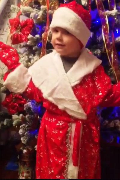 Маленький Тема в образе Деда Мороза