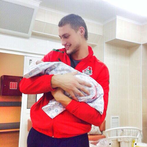 Счастливый Александр Задойнов с новорожденной дочкой