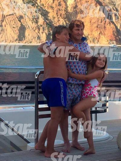 Владимир Тюрин развлекается с наследниками на детском празднике