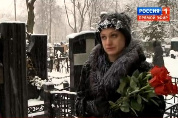 Карина пришла на могилу отца