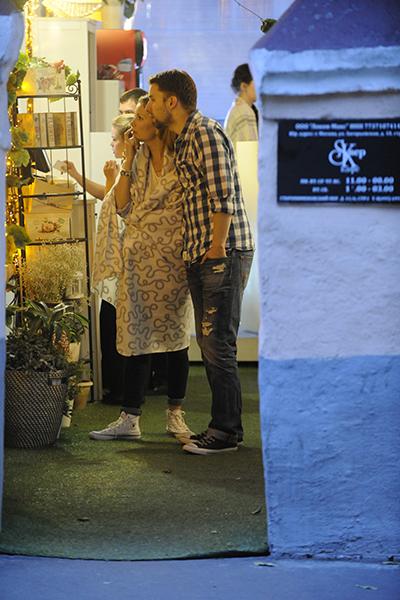 На выходе из ресторана, расположенного в доме, где бывал Тютчев, в Старопименовском переулке, звезда долго рассматривала портрет поэта