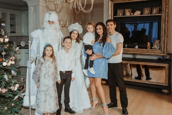 Супруги ежегодно устраивают шикарный новогодний праздник для себя и детей