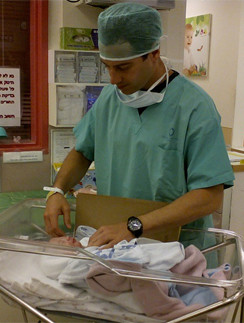 Антон Макарский с новорожденным сыном Иваном в больнице Шаарей Цедек в Иерусалиме