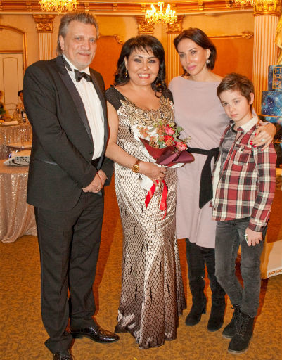 Клара Кузденбаева с супругом, Аликой Смеховой и ее сыном Макаром