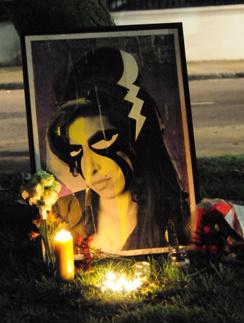 Фанаты чтят память любимой певицы