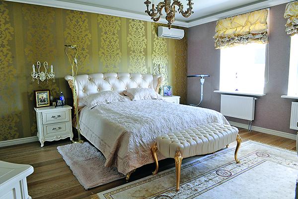 На тумбочке рядом с кроватью стоят иконы Николая Чудотворца и святой Матроны