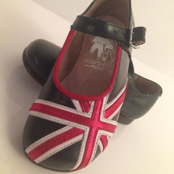 Такие патриотичные и весьма недешевые туфли получила на день рождения малышка Харпер