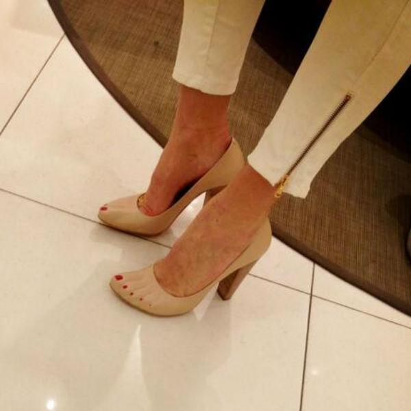 Алена сразу же примерила туфли, а затем и купила