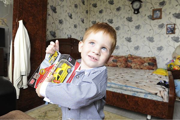 Малыш очень радовался подаркам
