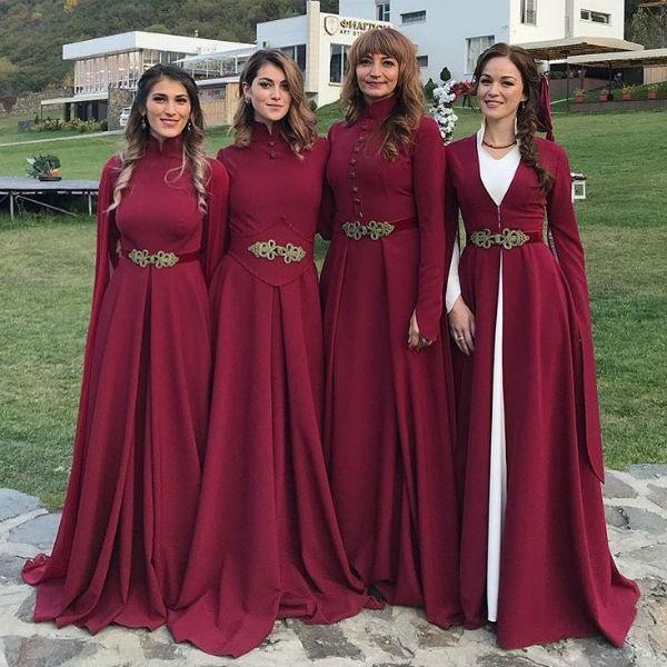 Подружки невесты появились на празднике в похожих нарядах