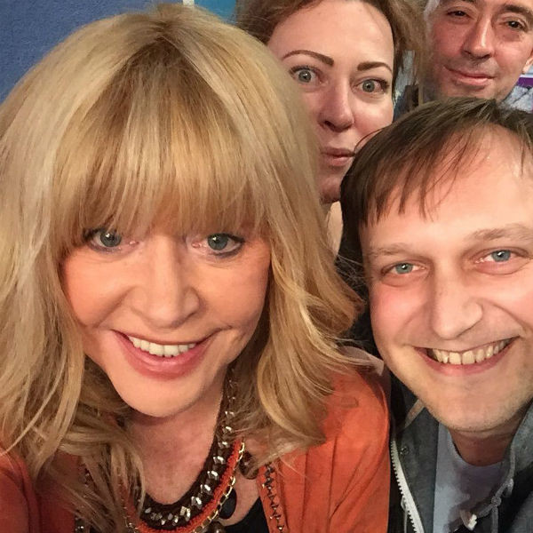 Алла Пугачева с удовольствием фотографировалась с поклонниками после спектакля