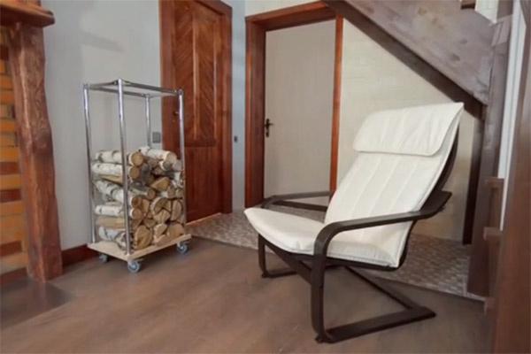В гостиной появилась дровница для печи и уютное кресло