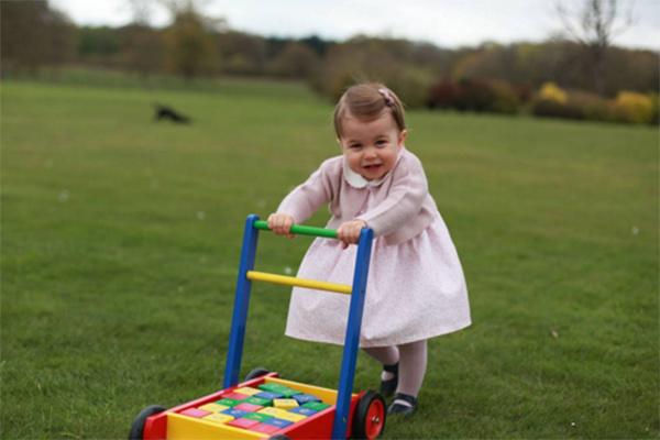 Шарлотта начала делать первые шаги