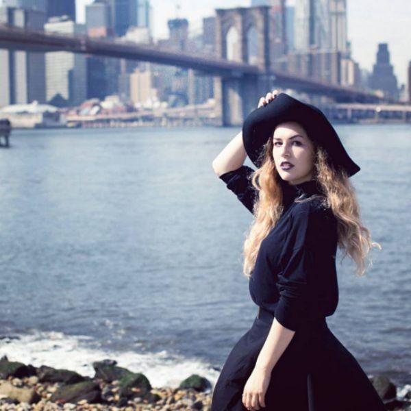 Катя Догилева получила актерское образование в США