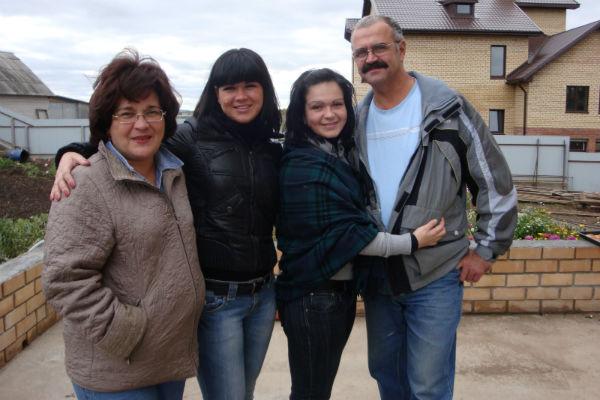 Семья Безе за месяц до трагедии  (слева направо): Наталья, Марина,  Ирина и Виктор. 2009 г.