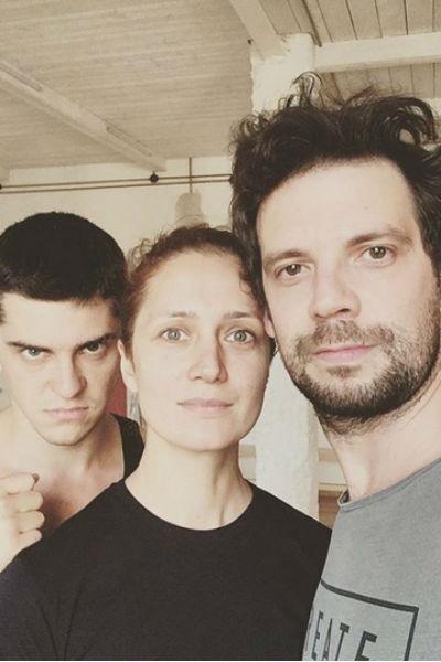 Актер с коллегами по театру